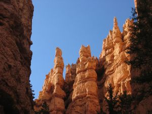 1200px-Bryce_Canyon_Hoodoos